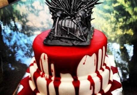 Imagina o trabalho que deu fazer o trono! Só não teria um bolo desses no meu casamento pois casamento vermelho não faz muito meu estilo *manjadores manjarão*